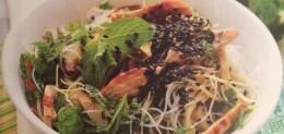 Insalata di spaghetti di riso, pollo e menta